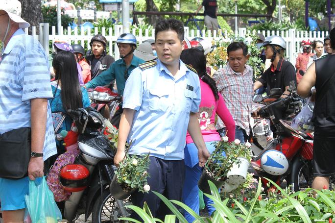 Lực lượng trật tự đô thi tiến hành thu dọn hoa