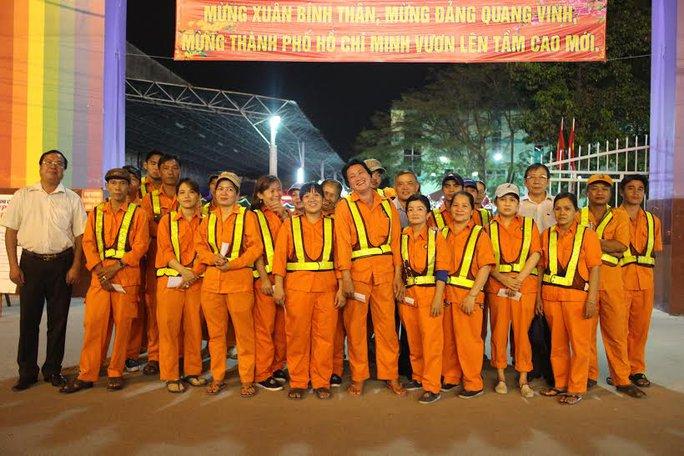 Niềm vui của những công nhân làm ca đêm khi được lãnh đạo quận 9, TP HCM đến chúc Tết
