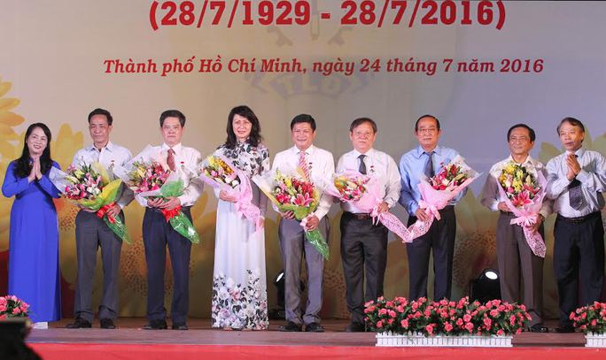 Bà Trần Kim Yến, Chủ tịch LĐLĐ TP HCM và ông Mai Đức Chính, Phó Chủ tịch Tổng LĐLĐ Việt Nam, trao kỷ niệm chương Vì sự nghiệp xây dựng tổ chức Công đoàn cho các cá nhân có nhiều đóng góp cho hoạt động Công đoàn