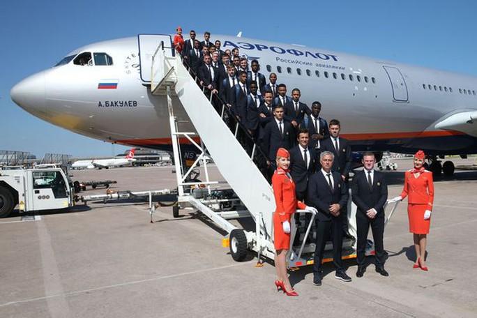 Thầy trò HLV Mourinho trước chuyến bay