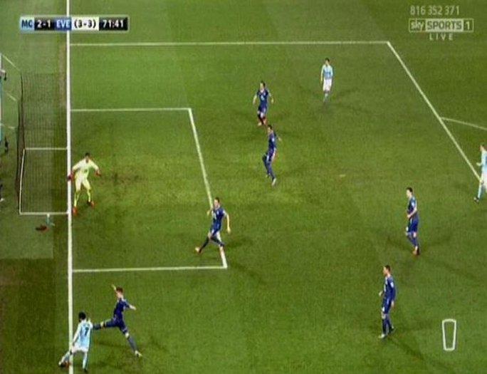 Bóng đã đi hết đường biên nhưng trọng tài vẫn công nhận bàn thắng sau đó.