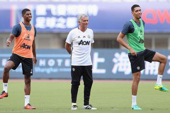 Mourinho phũ phàng từ chối ký tặng fan Chelsea