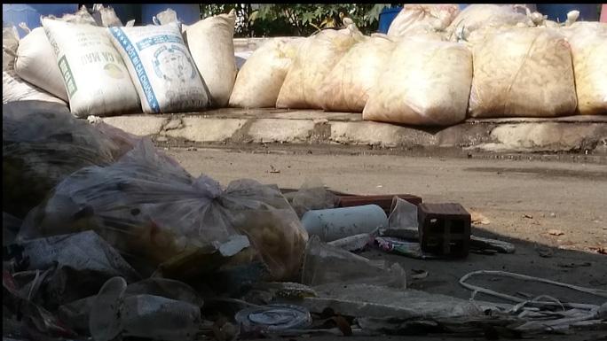 Măng nguyên liệu được để lẫn lộn cùng rác rưởi, bên cạnh dòng nước thải bốc mùi nồng nặc.