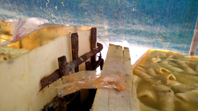 Dung dịch trong thùng phi được hòa từ những hóa chất và nước lã để nhuộm màu vàng rộm cho măng.