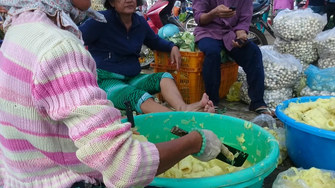 Măng sau khi ngâm được vớt ra và đem tới sạp bán măng của bà Trang tại chợ đầu mối Nông sản Thủ Đức để bán lẻ và bỏ mối.