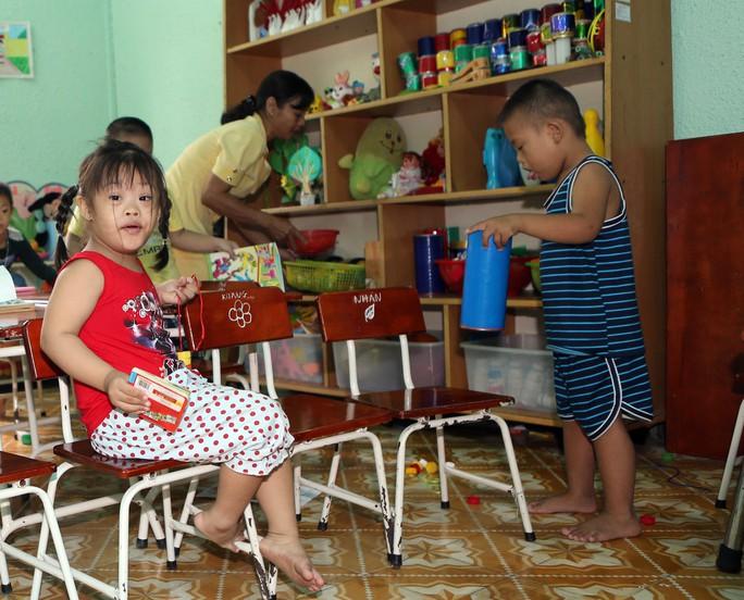 Các em nhỏ lớp mẫu giáo chơi với nhiều sắc màu