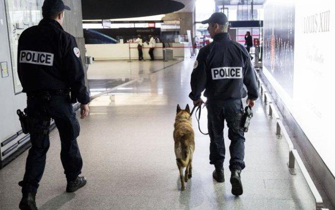 Cảnh sát Pháp tuần tra tại sân bay Charles de Gaulle (Paris) hôm 19-5. Các máy quay an ninh ở sân bay đang được kiểm tra để tìm manh mối. Ảnh: Bloomberg