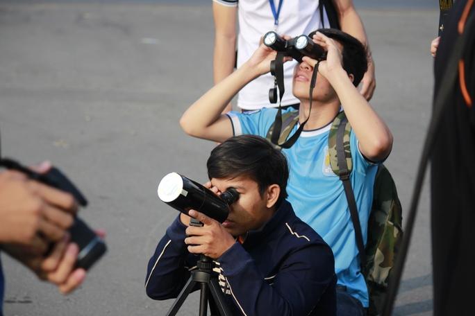 Câu lạc bộ thiên văn học nghiệp dư TPHCM cũng có mặt để hỗ trợ thiết bị hướng dẫn mọi người quan sát Nhật thực.