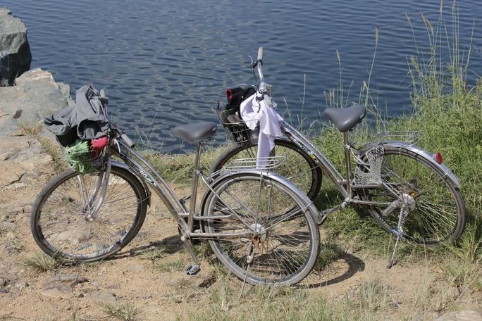 """Hồ Đá còn được người dân khu vực gọi là """"hồ tử thần"""" bởi đã có hàng chục nạn nhân bỏ mạng khi đến đây bơi lội. Theo thống kê của Công an phường Đông Hòa, từ năm 1993 đến nay, có gần 50 người chết đuối, thậm chí tự tử trong hồ."""