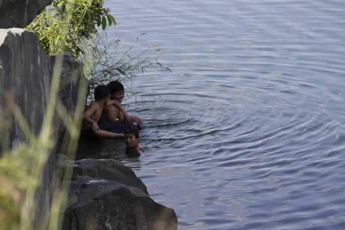 Tuy biết bơi lội, nhảy hồ Đá hết sức nguy hiểm nhưng do thiếu không gian vui chơi nên cuối tuần, đặc biệt là những ngày nắng nóng nhiều nhóm trẻ em lại tìm đến hồ để vui chơi.