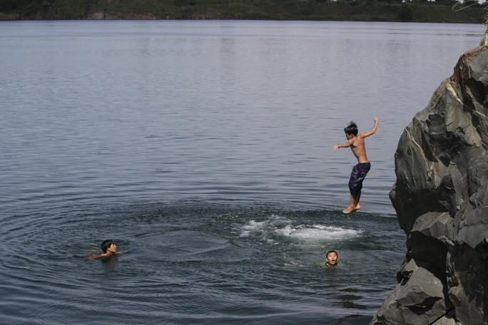 Bên dưới lòng hồ Đá lởm chởm nhiều đá ngầm dựng đứng rất nguy hiểm. Ngoài ra, hồ đá là nước ngầm chứ không thông với các con sông nên rất lạnh, dễ làm người tắm bị chuột rút.