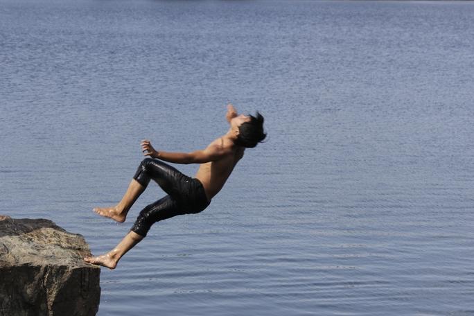Nhiều thanh thiếu niên còn làm xiếc bằng cách nhào lộn nhiều vòng trước khi tiếp nước hoặc nhảy xuống hồ với nhiều tư thế khó hết sức nguy hiểm.