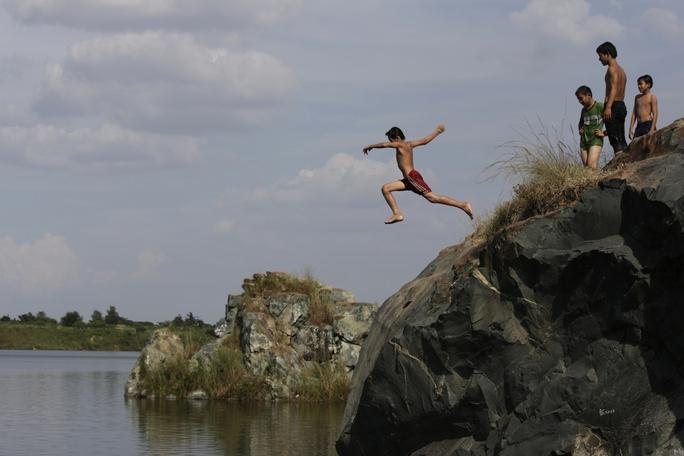 Thấy nhảy ở các bờ hồ chưa đủ đô, nhiều thanh thiếu niên còn tập trung leo lên các vách đá cao sừng sững tới gần 10m để nhào lộn, thách thức tử thần.
