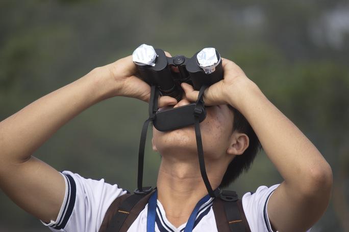 Nhiều bạn trẻ còn chuẩn bị cả ống nhòm lắp kính lọc để có thể quan sát rõ hơn.
