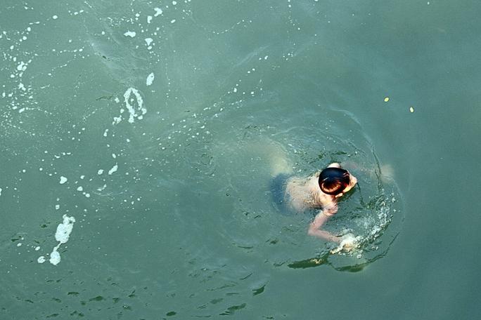 Nước trong kênh cũng khá ô nhiễm khi tắm rửa dễ mắc nhiều bệnh tật. Tuy nhiên nhiều trẻ em trong khu vực thường xuyên tắm kênh.