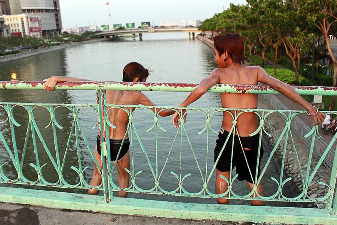 Tại kênh Tàu Hủ - Bến Nghé cũng thường xuyên xảy ra các vụ chết đuối thương tâm. Việc các em nhảy cầu, tắm kênh như vậy chẳng khác nào giỡn mặt thủy thần.