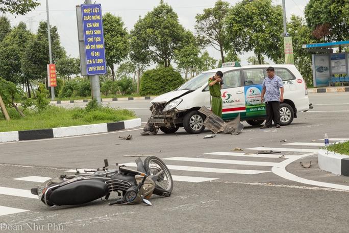 Chiếc taxi định ôm cua dải phân cách để quay đầu thì va chạm với xe máy
