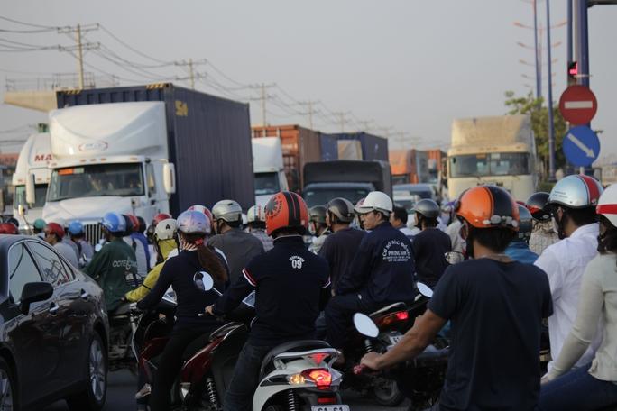 Tình trạng kẹt xe trên xa lộ Hà Nội là một phần nguyên nhân của vụ tai nạn.