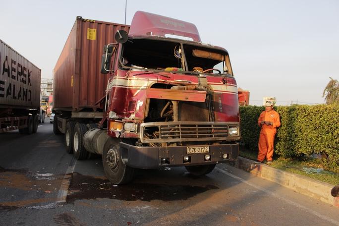 Chiếc xe container gây tai nạn bị bẹp dí phần đầu.