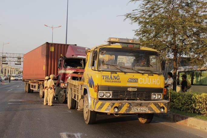Chiếc xe container gây tai nạn đang được xe cứu hộ kéo ra khỏi hiện trường.