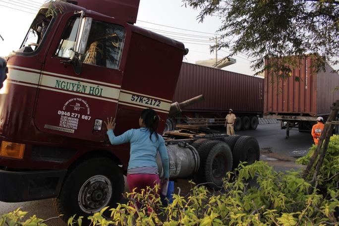 Việc kéo chiếc xe container ra khỏi hiện trường gặp khó khăn vì đầu xe bẹp dí bị tách rời với thân xe.