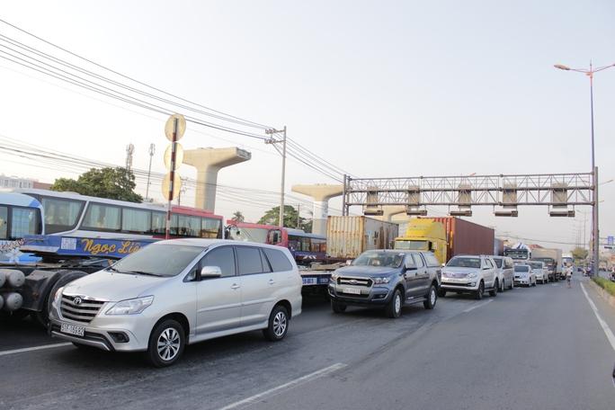 Ô tô, xe tải, xe bus, xe container,... đều phải di chuyển qua làn xe máy để lưu thông.
