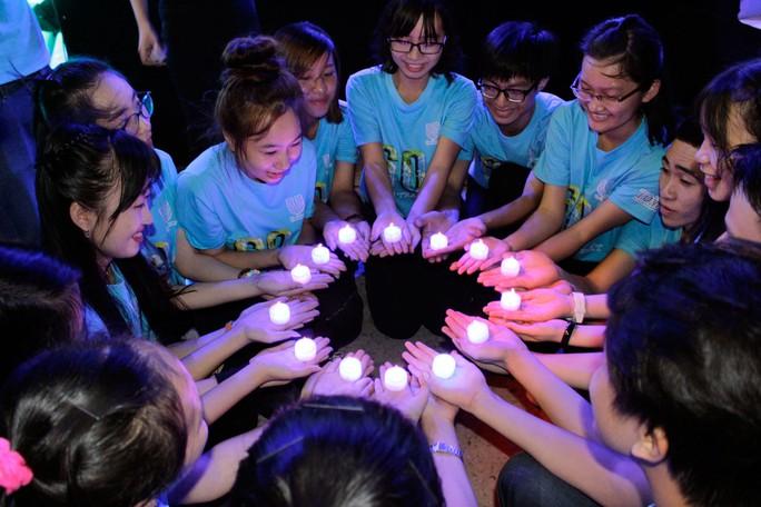 Các bạn tình nguyện viên thích thú với nến đèn led