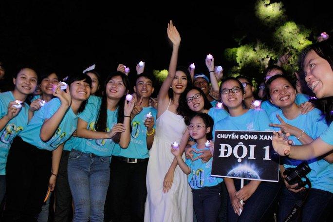 Hoa hậu Lan Khuê cũng hào hứng cùng với các bạn tình nguyện viên chụp hình với nến đèn led.