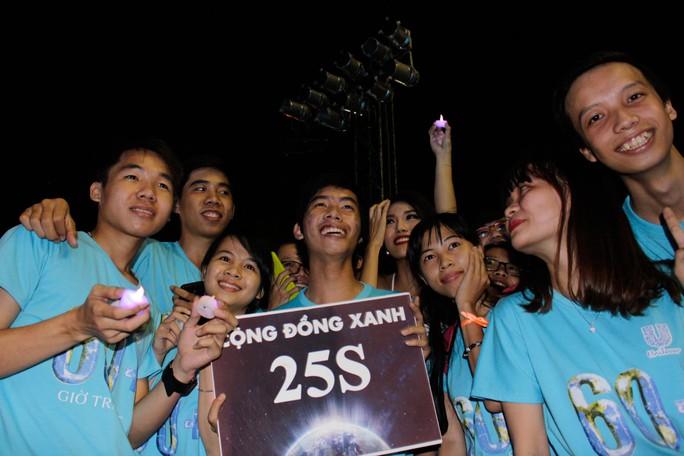 Các bạn trẻ cũng cầm đèn led thích thú chụp hình với nhóm mình.