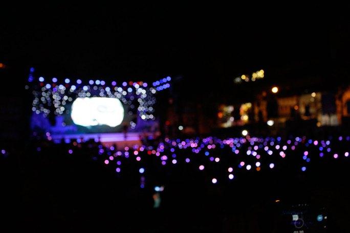 Đêm nhạc của chương trình cũng chìm đắm trong ánh đèn led lung linh.