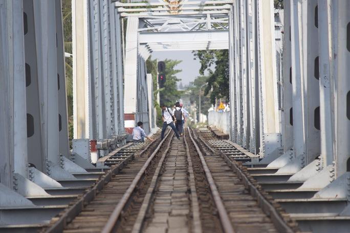 Cầu Bình Lợi có phần đường ray xe lửa đi qua nhưng trên chính đường ray này cũng là nơi tập trung câu cá, chụp hình của nhiều người.