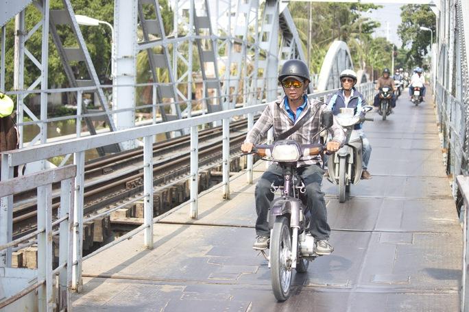 Phần cầu còn lại dành cho lưu thông đường bộ nhưng rất hẹp khiến cho việc lưu thông hết sức khó khăn.