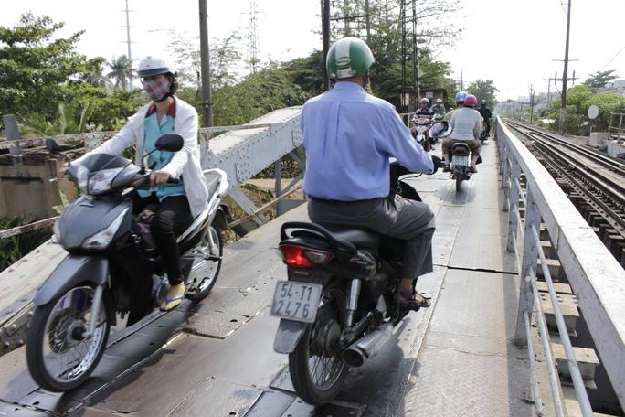 Xe cộ phải chen chúc nhau đi qua chiếc cầu, trong khi lan can cầu cũng rất thấp, dễ gây tai nạn.