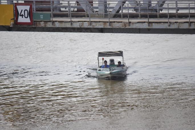 Sau vụ sập cầu Ghềnh (Đồng Nai), lực lượng chức năng luôn túc trực dưới cây cầu Bình Lợi cũ để hướng dẫn tàu thuyền, sà lan qua cầu hoặc neo đậu an toàn nếu không qua cầu được.