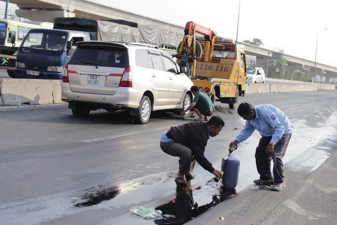 Chiếc xe hơi cũng bị hư hỏng phải dùng máy kéo di chuyển ra khỏi hiện trường