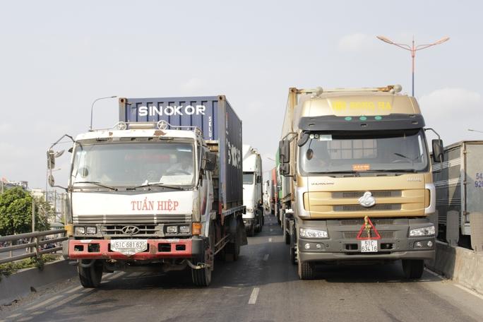 Các phương tiện giao thông trên cầu vượt Thủ Đức kẹt cứng