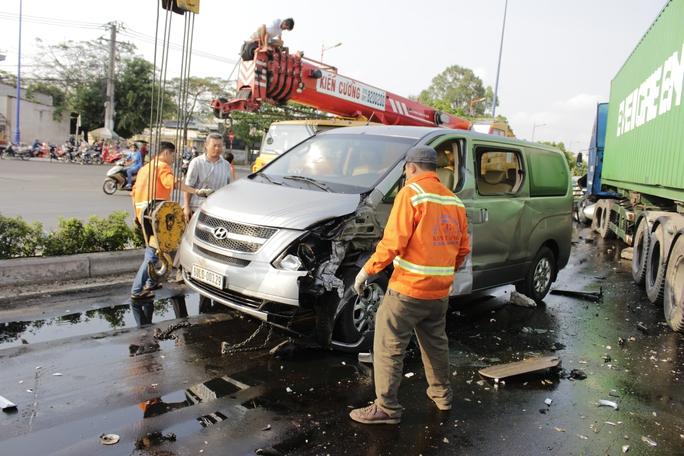 Một chiếc ô tô bị hỏng phần đầu, hư hỏng nặng nhiều chỗ.