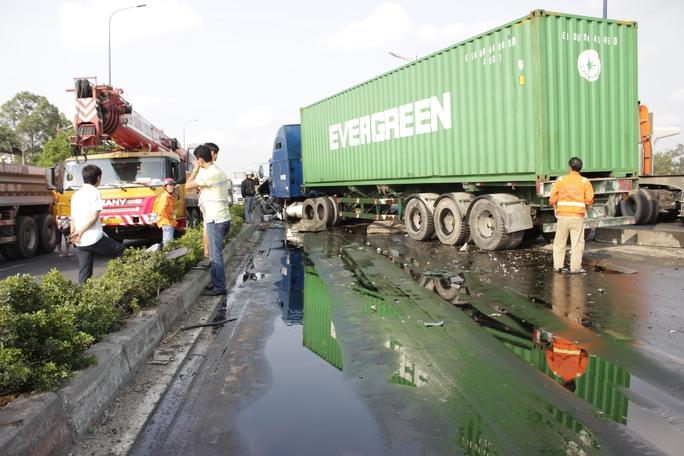 Hiện trường vụ tai nạn với hàng chục lít dầu nhớt đổ lênh láng trên mặt đường