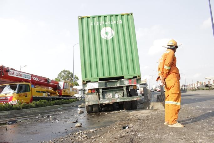 Chiếc xe container ủi bay dải phân cách và gây tai nạn liên hoàn với các phương tiện đang lưu thông ngược chiều.