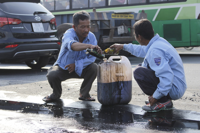 Sau vụ tai nạn liên hoàn, hàng chục lít dầu nhớt chảy lênh láng ra mặt đường