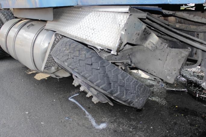 Theo thông tin ban đầu, chiếc bánh xe bị nổ khi tài xế đang lưu thông với tốc độ cao lên cầu vượt là nguyên nhân gây tai nạn