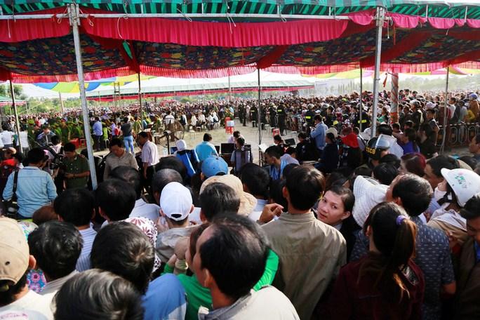 Phiên tòa sơ thẩm diễn ra vào tháng 12-2015, thu hút hàng ngàn người tham dự