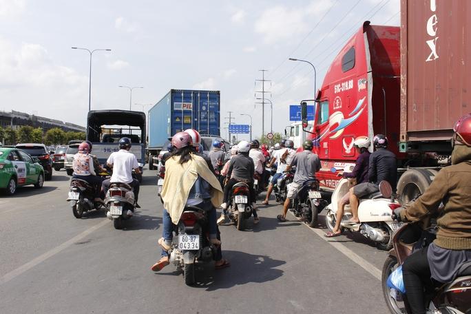 Vụ tai nạn nhanh chóng khiến giao thông trên Xa lộ Hà Nội hướng trung tâm về Thủ Đức chết cứng hoàn toàn.