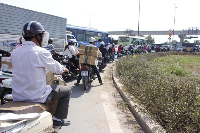 Tình trạng giao thông trên xa lộ Hà Nội hướng về Suối Tiên, kể cả đường phụ bên dưới dạ cầu đều chết cứng.