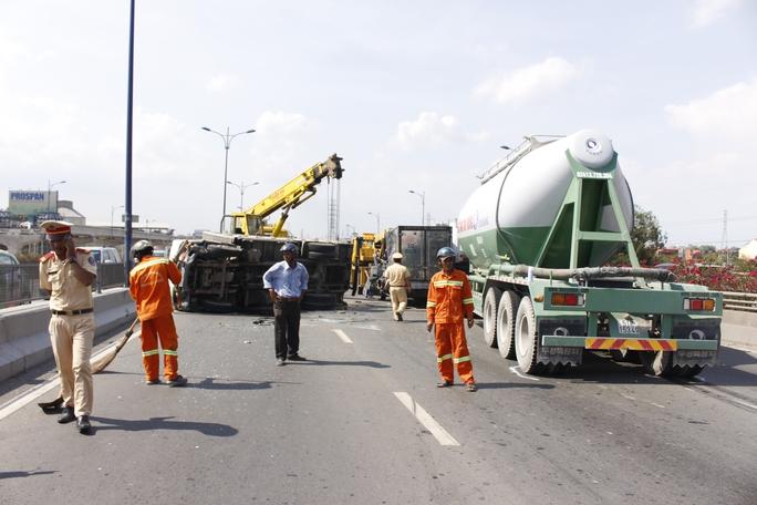 Hiện trường vụ tai nạn liên hoàn khiến tình trạng giao thông qua cầu Rạch Chiếc chết cứng cả giờ.
