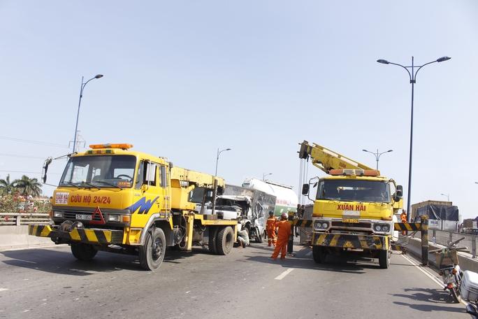 Hai xe cứu hộ được điều đến hiện trường để giải cứu các xe gặp nạn.