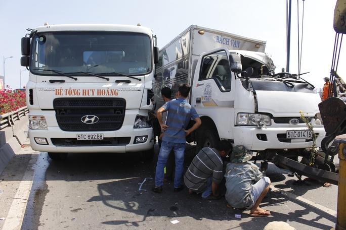 Trong khi đó xe tải còn lại và xe bồn chẹt cứng vào nhau chắn ngang phần đường còn lại khiến làn đường xe tải chết cứng.