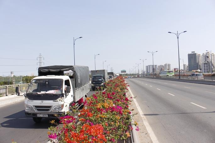 Xe tải, xe container buộc phải chạy tạm qua làn xe máy.