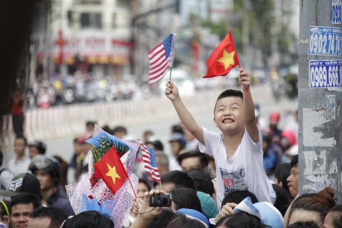 Một cậu bé vẫy chào Tổng thống Obama trước cổng chùa Ngọc Hoàng (đường Mai Thị Lựu, quận 1).