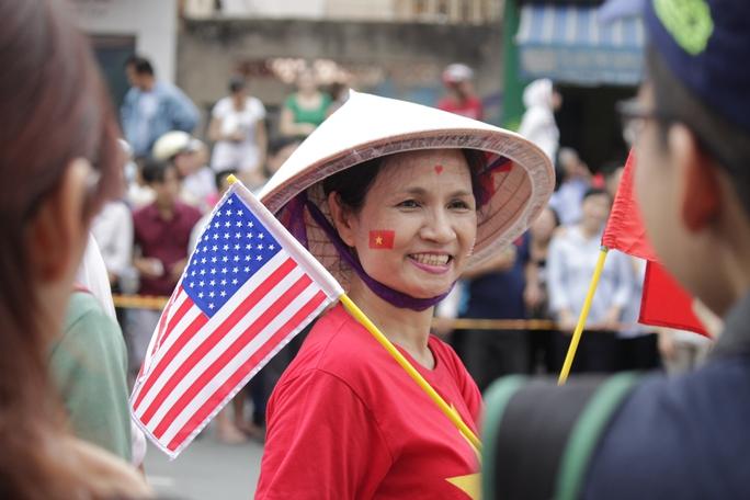 Cô Yến trang điểm bằng cách dán quốc kỳ hai nước lên mặt, mặc áo đỏ sao vàng để chào đón tổng thống. Cô cho biết rất hạnh phúc, hân hạnh nếu được gặp tổng thống Mỹ ở ngoài đời.